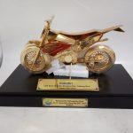 TROPHY RQ – 5  Trophy Miniatur kendaraan